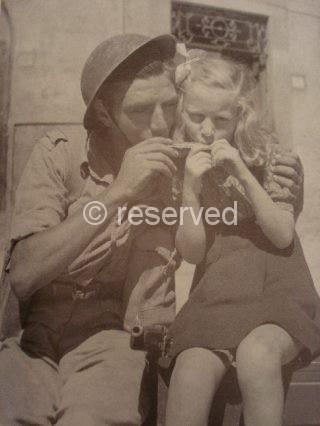 Duetto d_armonica per molti Italiani dove le zone sono già state liberate la guerra è finita