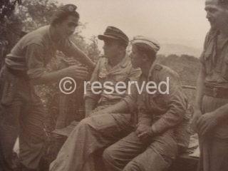arezzo Un ufficiale Inglese interroga prigionieri Tedeschi