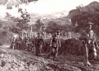 Fanti tedeschi catturati sul Monte Battaglia dai Grenadier scortati verso Castel del Rio 1944