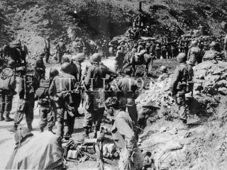 Soldati americani e prigionieri tedeschi nei pressi di Tolè 1945