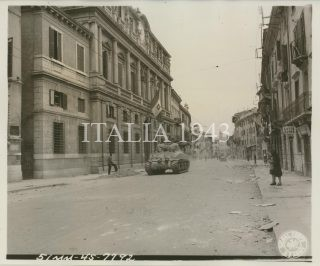 10th Mtn Div passes down street in fair Verona 1945