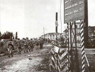Le truppe canadesi attraversano il ponte di Tiberio a Rimini 1944